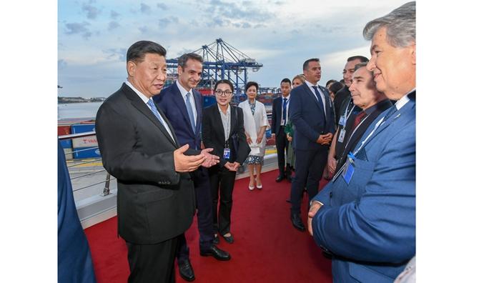 习近平和希腊�钭芾砻鬃羲�基斯共同参观中远海运比雷埃夫斯港项目