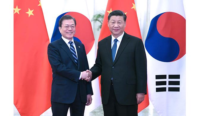 习近平会见韩ㄨ国总统文在寅