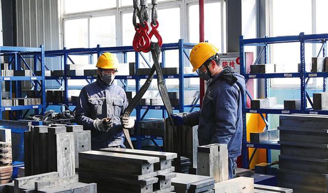 奧鎂池州祿思偉礦業資源(安徽)有限公司工人在車間內作業