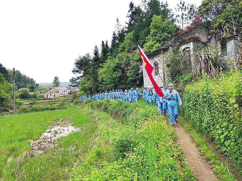 木塔:50余名党员重走红军路